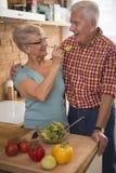 Höga par på köket arkivfoto