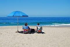 Höga par på stranden i Laguna Beach, Kalifornien Royaltyfria Foton