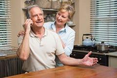 Höga par på telefonen tillsammans Royaltyfri Fotografi