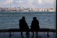 Höga par silhouetted mot staden av Lissabon Portugal Royaltyfri Bild