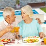 Höga par som äter lunch Fotografering för Bildbyråer