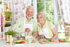 Höga par som förbereder matställen royaltyfri fotografi