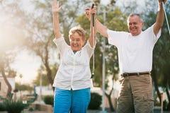 Höga par som firar spela miniatyrgolf royaltyfri bild