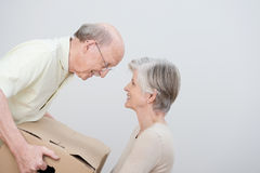 Höga par som flyttar sig till ett nytt hem Arkivbild