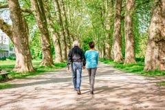 Höga par som går till och med en parkera, Tuebingen, Tyskland Arkivfoto