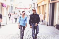 Höga par som går till och med gatorna av Tuebingen Fotografering för Bildbyråer