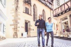 Höga par som går till och med gatorna av Tuebingen Arkivbild