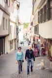 Höga par som går till och med gatorna av Tuebingen Arkivfoto