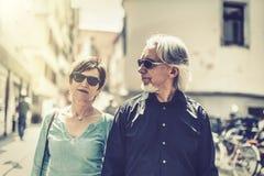 Höga par som går till och med gatorna av Tuebingen Royaltyfria Foton