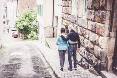 Höga par som går till och med Tuebingen Royaltyfri Foto
