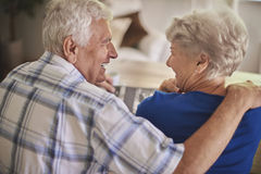 Höga par som håller ögonen på deras gamla foto royaltyfri bild