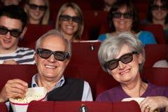 Höga par som håller ögonen på filmen 3D i bio Royaltyfri Fotografi
