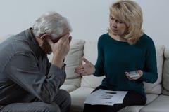 Höga par som har finansiella problem arkivbilder