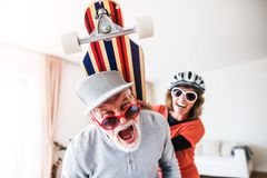 Höga par som har gyckel hemma arkivbild