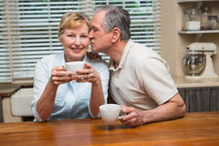 Höga par som har kaffe tillsammans Royaltyfri Foto