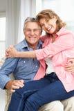 Höga par som hemma kopplar av Royaltyfria Bilder