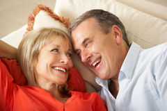 Höga par som hemma kopplar av på sofaen Arkivfoto