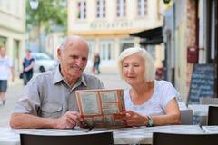 Höga par som kopplar av i det friakafé Royaltyfri Fotografi