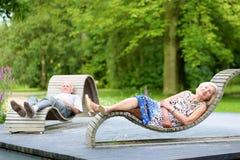 Höga par som kopplar av i parkera Arkivfoto
