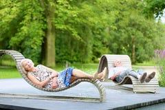 Höga par som kopplar av i parkera Royaltyfria Bilder