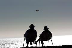 Höga par som kopplar av på stranden Arkivbilder