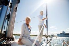Höga par som kramar på, seglar fartyget eller yachten i havet arkivbilder