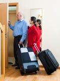 Höga par som lämnar hemmet Royaltyfri Fotografi