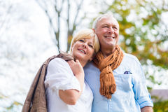 Höga par som lovingly omfamnar sig Royaltyfria Bilder