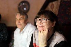 Höga par som poserar i restaurangen royaltyfri foto