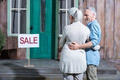 Höga par som säljer deras hus, inhyser till salu begrepp Royaltyfri Bild