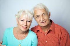 Höga par som ser lyckliga Arkivfoton