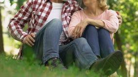 Höga par som in sitter, parkerar tillsammans och att omfamna lyckligt, säkrade gamling arkivfilmer