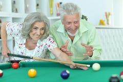 Höga par som spelar billiard Royaltyfri Fotografi