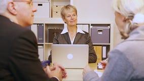 Höga par som talar till konsulenten stock video