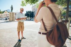 Höga par som tar foto på deras semester fotografering för bildbyråer
