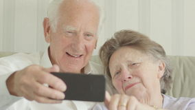 Höga par som tar selfies stock video