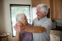 Höga par som tillsammans dansar i kök Royaltyfri Fotografi