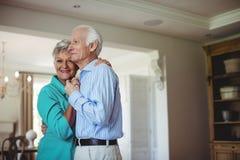 Höga par som tillsammans dansar i vardagsrum Fotografering för Bildbyråer