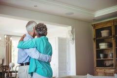Höga par som tillsammans dansar i vardagsrum Arkivfoto