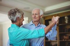 Höga par som tillsammans dansar i vardagsrum Arkivbilder