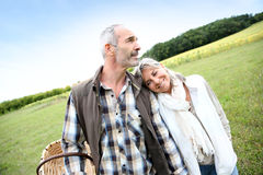 Höga par som tillsammans står i fält Arkivfoton