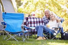 Höga par som tycker om campa ferie arkivbild