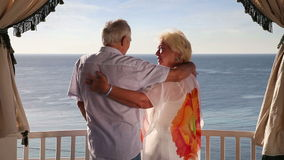 Höga par som tycker om deras sommarsemester arkivfilmer