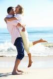 Höga par som tycker om romantisk strandferie Royaltyfria Foton