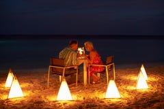 Höga par som tycker om sent mål i utomhus- restaurang Royaltyfria Foton