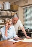 Höga par som utarbetar deras räkningar Arkivfoto