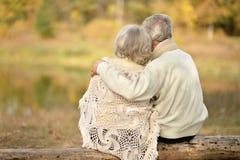 Höga par som utomhus kramar fotografering för bildbyråer