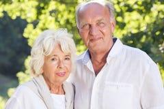 Höga par som utomhus spenderar tid Arkivbilder