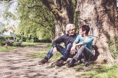 Höga par som vilar i en parkera, Tuebingen Royaltyfria Bilder