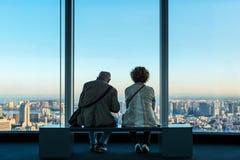 Höga par väntar på solnedgången i Tokyo Arkivfoton